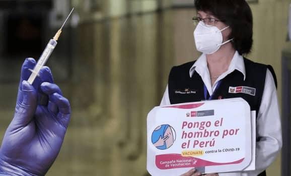 Pilar Mazzetti recibió la vacuna sinopharm en su domicilio junta a asesores